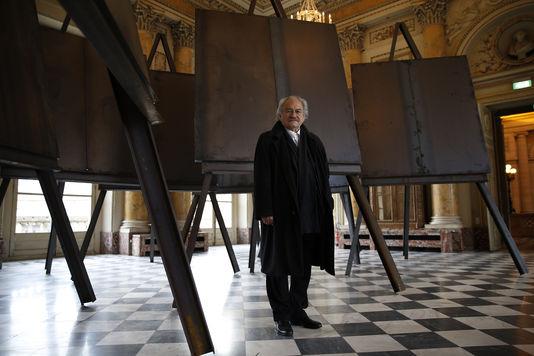 Jannis Kounellis, em sua exposição no Museu de la Monnaie de Paris, em 2016. Thomas Samson/AFP