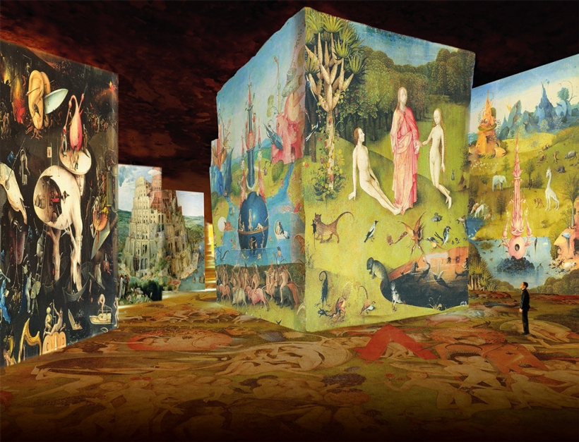 """No fundo, """"A Torre de Babel"""", de Pieter Brueghel (1525-1569), pertencente ao Kunsthistorisches Museum de Viena. À direita """"O Jardin das Delícias"""" (1490-1500), de Hieronymus Bosch (c.1450-1516), do Museu do Prado. Exposição """"Bosch, Brueghel, Arcimboldo. Fantástico e maravilhoso""""."""